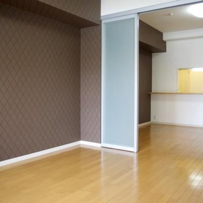 変わった壁紙とつるつる茶色の床