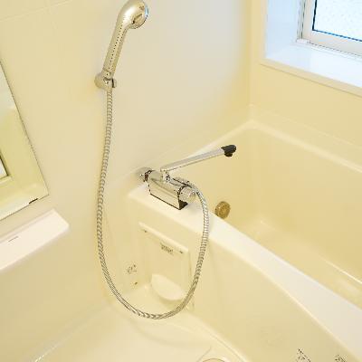 お風呂にも窓が付いてます!