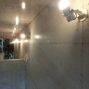 スポットライトに照らされたコンクリート