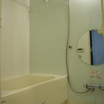お風呂は丸い鏡にライトブルーのプラスティック壁