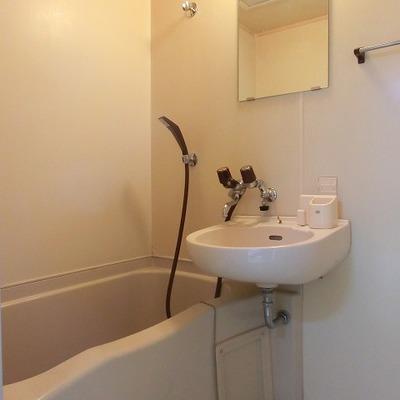 バスルームはシャワーと洗面の2点ユニット。※写真は前回募集時のもの