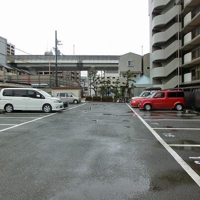 駐車場はとっても広いです。