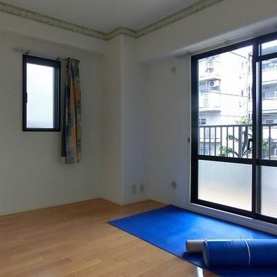 玄関横の洋室。小窓にアクセントラインのある可愛らしいお部屋