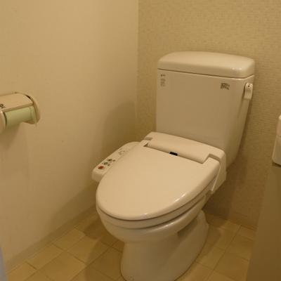 ウォシュレット付き。洗面台と同じ場所です。