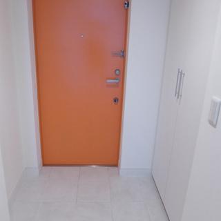オレンジのドア。シューズボックスあります!