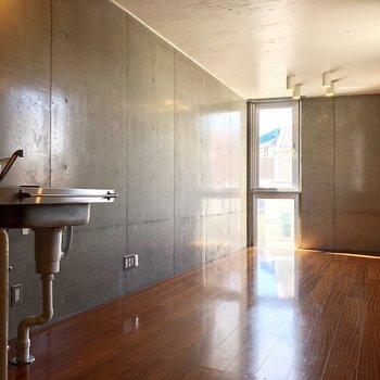 細長い洋室は案外広く使えそう。