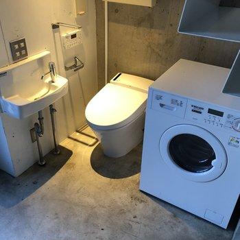 階段下のスペースを有効活用して、トイレとドラム式洗濯機です。