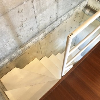 階段を降りまして