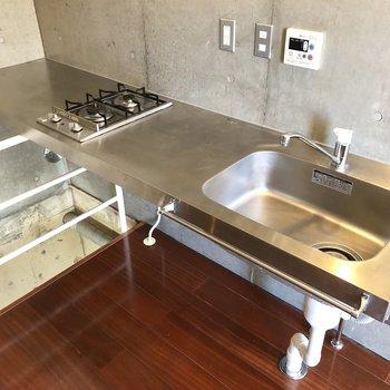 憧れのステンレスキッチンは、調理場もしっかり確保。※写真はクリーニング前のものです