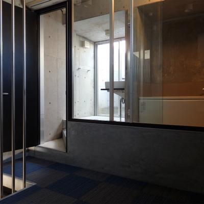 ガラス張りのバスルームがこちらに