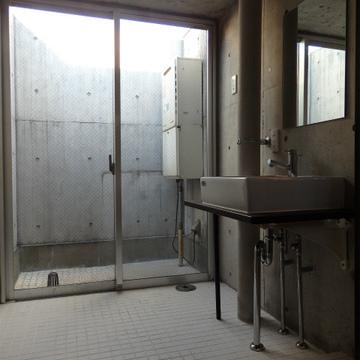 サービスバルコニーのある洗面室