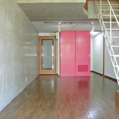 ピンクの扉の先にはキッチンがあるのです