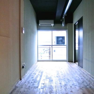 無垢床のフローリング、黒の天井※写真は別部屋