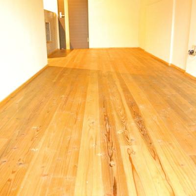 この床の質感もたまらん※写真は別部屋
