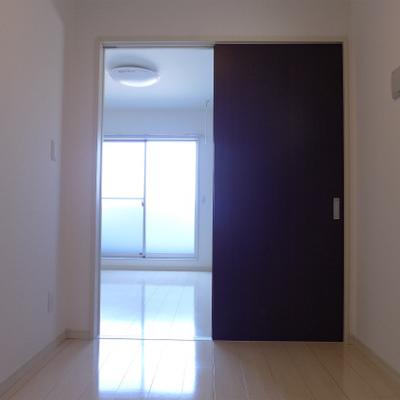 洋室からLDKの部屋を眺める。