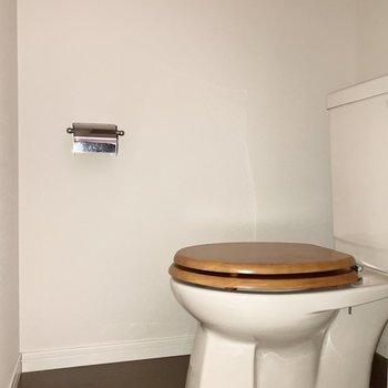 トイレは個室です。木製便器が可愛らしい〇※通電前のためフラッシュを使用しています