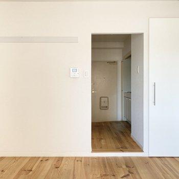 白を基調とした内装と無垢床とのコントラストが美しい〜!