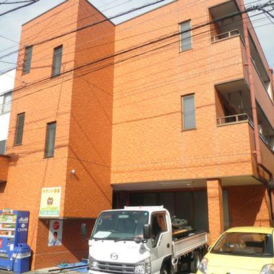 元気の出るオレンジ色の建物です