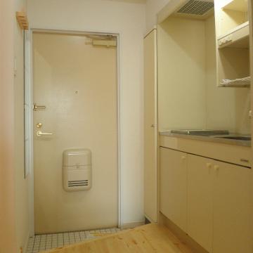 廊下も無垢の床が続いています※写真は同間取り、別部屋のもの