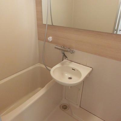 【イメージ】浴室2点ユニットですが、木目調のアクセントシートで清潔感◎