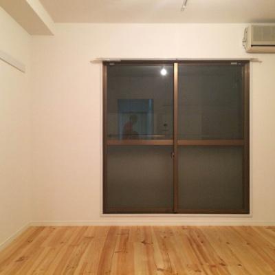 どんな色合いの無垢床に変わっているか、気になります※写真は同間取り、別部屋のもの