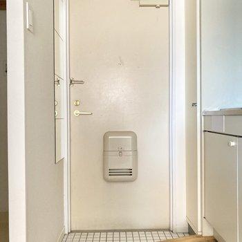 白タイルの玄関は清潔感を与えてくれますね。