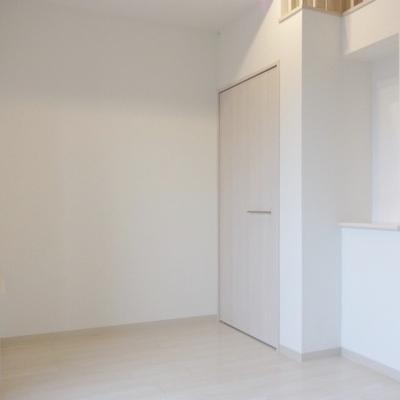 ロフト付きのシンプルなお部屋