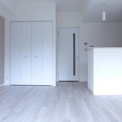 シンプルで居心地の良いお部屋。二人の会話が聞こえてきそう♪