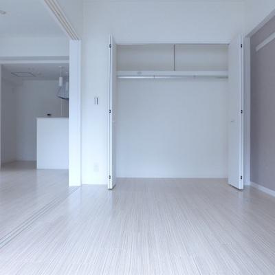 LDK隣の洋室は6.6畳。クローゼットあります!