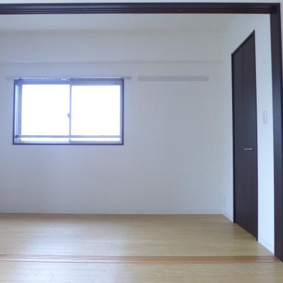 LDKから洋室を眺める。2面採光です!