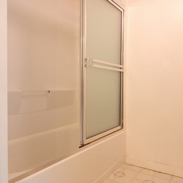 浴室は一体型ですが、仕切りの扉を設けています