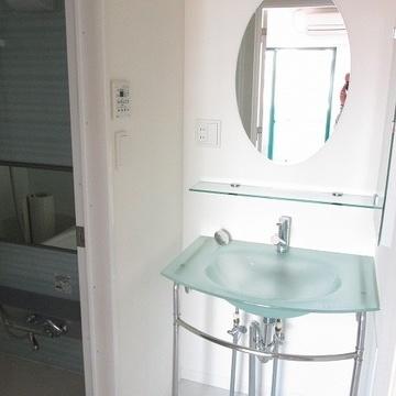 かわいい洗面台、横に収納もあります。