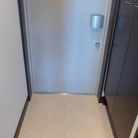 玄関にはシューズボックス。広さは普通。