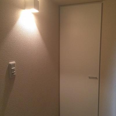 こちらの玄関照明、自動で点灯します。奥がシューズクローゼット