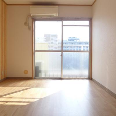 東側の洋室。南向きの窓から日がたっぷり!
