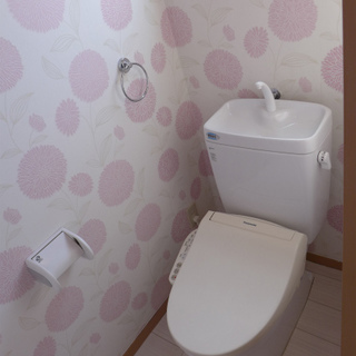 トイレに窓があり明るい!壁紙がとってもキュート!