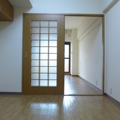 廊下を進み、まずは4畳の洋室。
