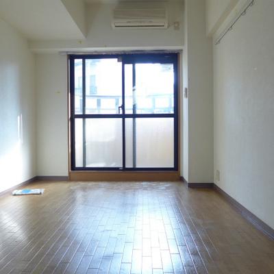南側の洋室は6.8畳です。1階なのに日がたっぷり!