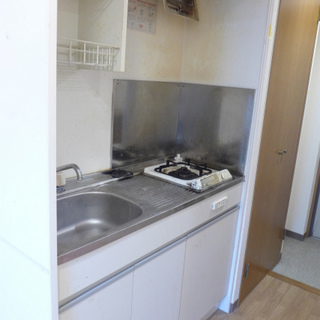 キッチンはコンパクト。収納は最低限あります!