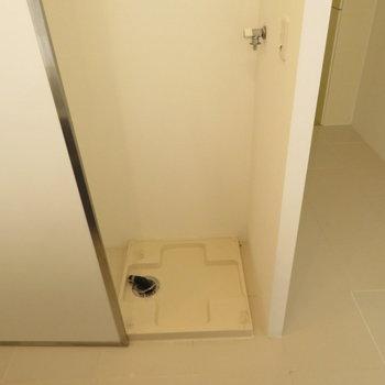 キッチンの裏には洗濯機置き場が。家事の動線もいいですね