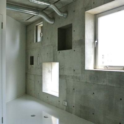 コンクリの壁に四角い窓が映えます