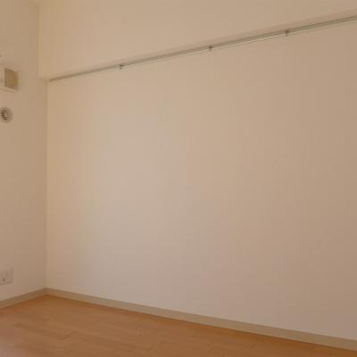 壁にはお気に入りの帽子や、絵画をかけてもお洒落!
