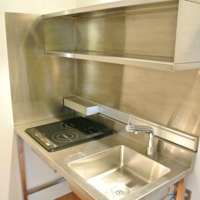 キッチンはIH。収納スペースが少ないのが難点