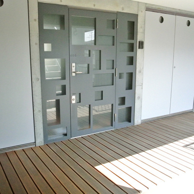 玄関ドア前がこんな感じです。そのままデッキが居室に続きます