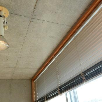 スポットライトで部屋を照らして、窓はブラインドでシャットダウン※写真は前回募集時のものです。