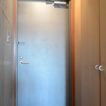 玄関です。右手前に洗濯機、右奥は靴箱です※写真は前回募集時のものです。