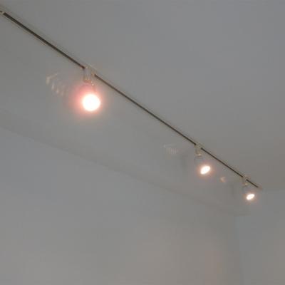 ライティングレールとスポットライト照明。