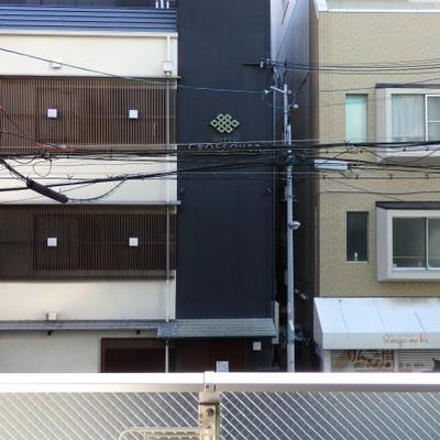 目の前はマンションとホテルです。