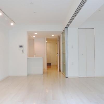 室内は白が基調のシンプルな印象。