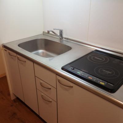 キッチンはIHが2口。冷蔵庫もバッチリ置けます。